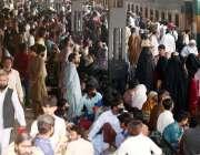 کراچی، کینٹ اسٹیشن پر مسافروں کا رش لگا ہوا ہے۔