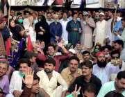 سکھر: پی پی پی کے کارکن وفاقی حکومت کی پالیسیوں کے خلاف احتجاج میں