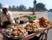 بہاولپور: ایک فروش روایتی میٹھی چیز (گڑ) فروخت کررہا ہے۔