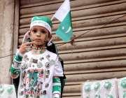 کراچی : جشن آزادی منانے کے جذبے سے سرشار ایک بچے نے قومی پرچم والے بیچ ..