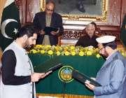 پشاور: گورنر خیبرپختونخوا شاہ فرمان گورنر ہاؤس میں ایک تقریب کے دوران ..