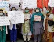 کراچی، پریس کلب کے سامنے سوب راج ہسپتال کے ڈاکٹرز اپنی تنخواہوں کی ..