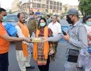 لاہور : رواداری تحریک تنظیم کی جانب سے افطاری کا سامان تقسیم کیا جارہا ..