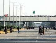 اسلام آباد، تحریک لبیک کے کارکن احتجاج کے دوسرے روز فیض آباد انٹرچینج ..