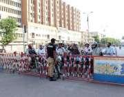 کراچی: سندھ گورنمنٹ کی جانب سے کور ونا وائرس کے پھیلاوکوروکنے کے لیے ..