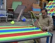 لاہور: لکشمی چوک میں ایک کاریگر چار پائی بنا رہا ہے۔