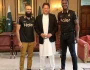 اسلام آباد: وزیراعظم عمران خان سے ملاقات کے موقع پر پشاورزلمی کے کپتان ..