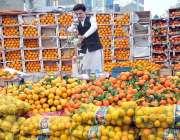 اسلام آباد: ایک دکاندار سڑک کنارے صارفین کو راغب کرنے کے لئے مختلف قسم ..