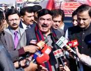 کراچی: وفاقی وزیر ریلوے شیخ رشید احمد کالا پُل میں میڈیا سے گفتگو کر ..