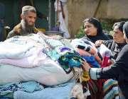 کراچی:سڑک کنارے ایک شخص گرم کپڑے فروخت کر رہا ہے
