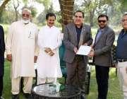 کراچی، گورنر سندھ عمران اسماعیل کو کول اینڈ کول کمپنی کے عہدیدار محسن ..