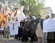 لاہور: نیشنل بینک کے ریٹائرڈ ملازمین اپنے مطالبات کے حق میں احتجاج ..