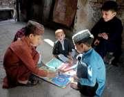 راولپنڈی: لاک ڈاون کے باعث بند سکولوں کے وجہ سے بچے ایک گلی میں لڈو کھیل ..