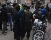 راولپنڈی، ڈبل سواری کی خلاف ورزی کرنے پر پولیس اہلکاروں نے موٹر سائیکل ..