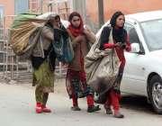 سرگودھا: خانہ بدوش خواتین قیمتی سامان جمع کرنے کیلئےجا رہی ہیں۔