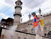 پشاور، مسجد مہابت خان میں کورونا وائرس سے بچائو کیلئے جراثیم کش سپرے ..