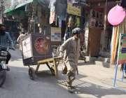 لاہور: ایک محنت کش ہتھ ریڑھی پرائیر کولر رکھ کر لے جارہا ہے۔