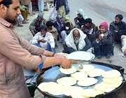 حیدرآباد:ایک دکاندار سڑک کنارے پراٹھے بنا رہا ہے