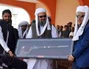 سبی: وزیراعلیٰ بلوچستان میر جام کمال خان صدر ڈاکٹر عارف علوی کو روایتی ..