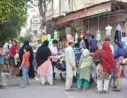 لاہور : مردوخواتین شہری اسلام پورہ میں دکانیں بند ہونے کی وجہ سے ایک ..