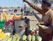 کراچی: گاہکوں کو راغب کرنے کے لئے ایک دکاندار سٹے بھون رہا ہے