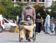راولپنڈی، بی بی ایچ ہسپتال میں مناسب سہولیات نہ ہونے پر ایک شہری اپنی ..