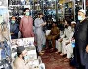 پشاور : لاک ڈاؤن میں نرمی کے باعث جہانگیر پورہ بازار میں شہری جوتے پسند ..