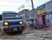 سرگودھا: بارش کے بعد  پانی سے گذرنے والی ایک گاڑی۔