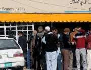 راولپنڈی، ٹیپو روڈ پر بینک کے شہری کورونا ایس او پیز کو نظر انداز کرتے ..