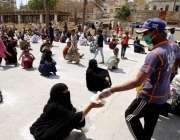 کراچی، نمائش چورنگی میں چھیپا آواز دستر خوان کی جانب سے لوگوں میں کھانا ..