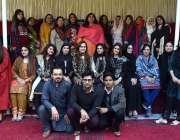 پشاور: ڈرامہ فیسٹیول کے دوران اساتذہ کے ساتھ گروپ فوٹو۔