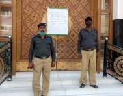 سکھر، نماز جمعہ کے اجتماعات پر پابندی کے بعد مسجد کے باہر پولیس تعینات ..