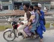 لاہور : موٹر سائیکل سوار قانون کی خلاف ورزی کرتے ہوئے جارہے ہیں۔