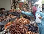لاہور:شہری افطاری کے لئے کھجوریں خرید رہے ہیں۔
