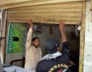 لاڑکانہ: پولیس اہلکار کرونا وائرس سے متعلق احتیاطی اقدامات کے طور پر ..