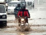 راولپنڈی: شہر میں بارش کے دوران ٹھہرے پانی سے گزرتی گاڑیاں