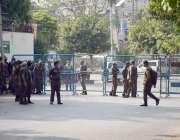 لاہور: سنی ایکشن کمیٹی کے احتجاج کے موقع پر پولیس نے مظاہرین کو آگے ..