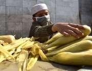 پشاور: ایک نوجوان دکاندار شفیع بازار میں کورونا وائرس کے احتیاطی تدابیر ..