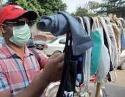 لاہور:شہری فیس ماسک خرید رہا ہے۔