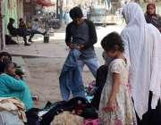 کراچی:ایک خاتون گھر کی کفالت کے لیے پرانے کپڑے فروخت کر رہی ہے۔