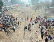 فیصل آباد: نشاط آباد کے ٹریک پر ٹرین کے قریب آتے ہی ریل پٹریوں پر چلنے ..