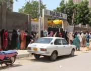 کراچی: لاک ڈاؤن کے باعث 45 روز بعد نادرا آفس کھلنے پر لیاری میں شہریوں ..
