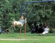 لا ہور: باغ جناح کی سیر کے لئے آنے والے بچے جھولے جھول رہے ہیں۔