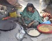 لاہور: ایک محنت کش خاتون اپنی دن بھر کی کمائی گن رہی ہے۔