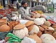 راولپنڈی: کمیٹی چوک پر گاہکوں کو راغب کرنے کے لئے مختلف قسم کے مٹی سے ..