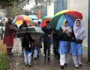 اسلام آباد: بارش سے بچنے کے لئے طلبا چھتریوں کے نیچے واپس جارہے ہیں۔