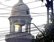 لاہور: فین روڈ پر پر دوپہر کے وقت سٹریٹ لائٹ آن ہیں.