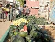 کراچی : دکانداروں نے سڑک کنارے تربوز فروخت کیلیے سجارکھے ہیں۔