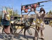 لاڑکانہ: اولڈ بس اسٹینڈ روڈ پر سائیکل سوار ایک شخص بچوں کے کھلونے بیچ ..