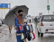 اسلام آباد، خان پل پر ایک نوجوان کورونا وائرس سے بچائو کے لئے ماسک بیچ ..